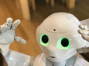 Ein Roboter schaut in die Kamera