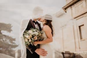 Mann und Frau heiraten als Tipp für die Steuererklärung, weil sie die Steuerklasse wechseln können