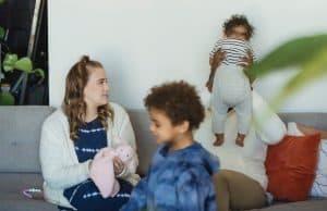 Erzieher passt auf Kinder auf