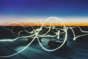 Stromleitungen, die in der Nacht Strom transportieren