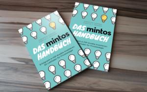 Das Mintos Handbuch auf dem Tisch