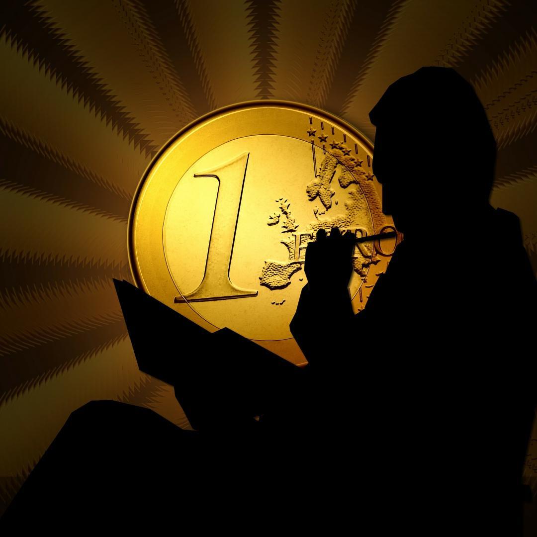 Goldener Euro mit denkenden Mann
