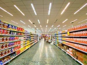 Leute kaufe im Supermarkt in Bulk ein, um extrem im Haushalt zu sparen