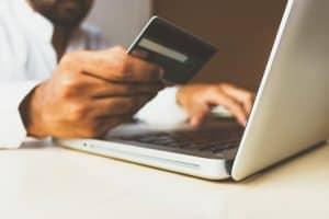 Mann kauft mit Kreditkarten ein, um Extrem im Haushalt zu sparen