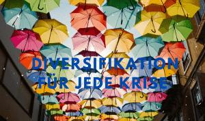 Regenschirme schützen eine Straße vor Regen und Sonne