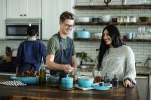 Drei Studenten kochen zusammen