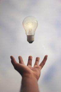 Mann hält Glühbirne in der Hand