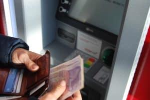 Mann hebt Geld vom ATM ab