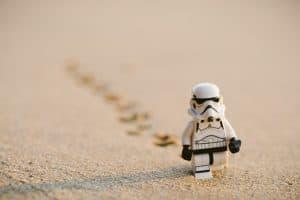 Ein Storm Trooper, er im Sand läuft und eine Spur hinter sich zieht