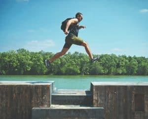 Mann rennt in thailändischem Nationalpark über Bänke