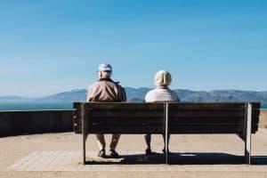 Zwei Rentner, die den demographischen Wandel darstellen - eine Möglichkeit, um in Megatrends zu investieren