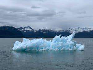 Ein Eisberg in Alaska