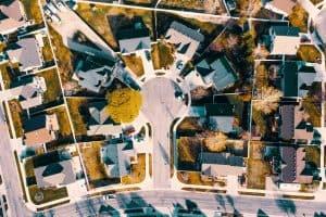 Vogelperspektive auf Mehrfamilienhäuser als Sinnbild dafür, dass man seine Risikotoleranz bei der Gelanlage von oben betrachten sollte