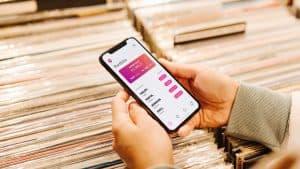 Person nutzt BUX Zero auf ihrem Handy und schaut in ihr Depot