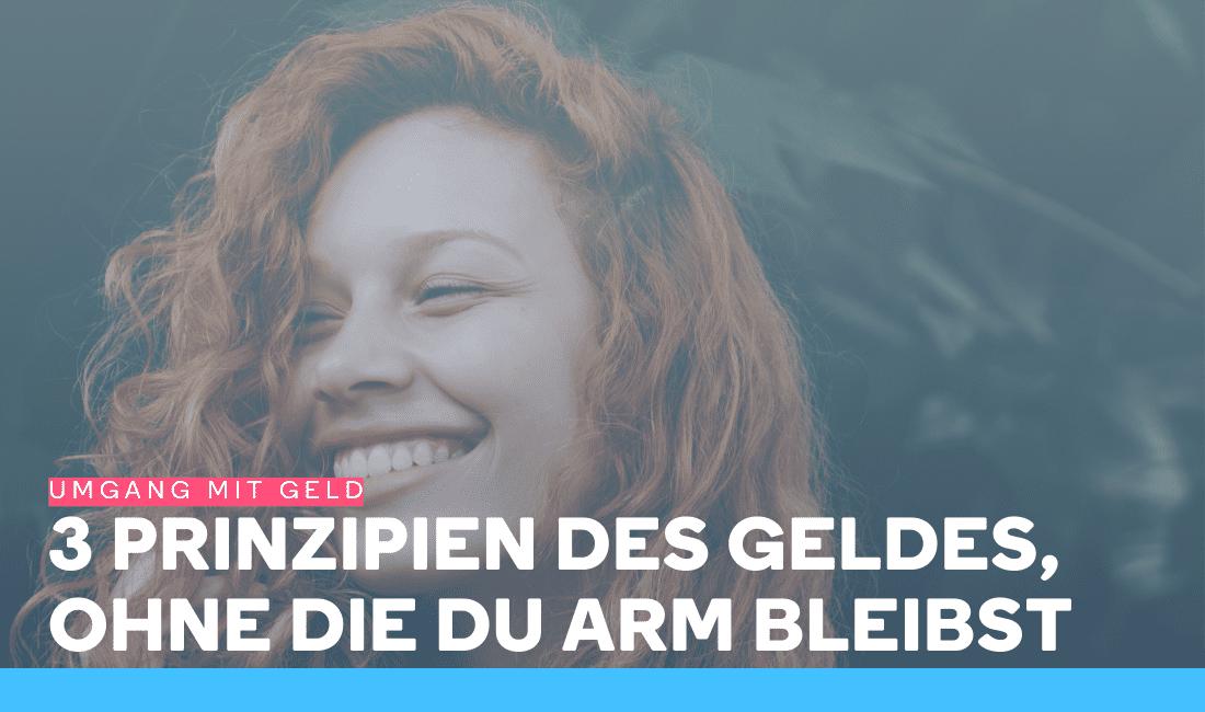 Junge Frau mit roten Haaren lächelt, weil sie den Umgang mit Geld gelernt hat