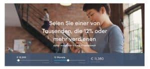 Frau überprüft auf ihrem Handy ihre Einnahmen mit der P2P-Plattform Twino