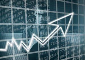 Mann analysiert den Aktienmarkt
