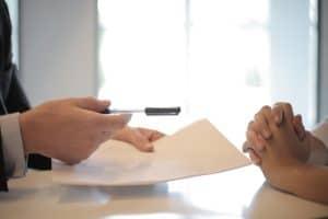 Eine Frau lässt sich in Investments beraten, weil sie ein Investor werden will