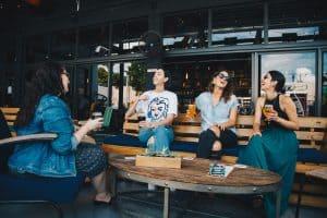 Frauen reden in einer Gruppe