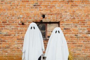 Zwei Geister stehen für einer Backsteinmauer