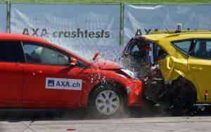 Zwei Autos crashen ineinander