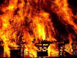 Gebäude, das in Flammen steht