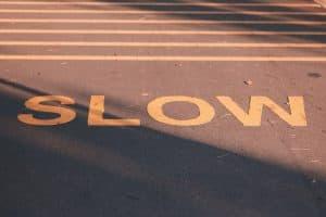 Straße, auf die Slow gestrichen ist