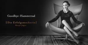 Die Leiterin des Goodbye Hamsterrad Kongresses Katja Jäger, wie sie auf einem Stuhl sitzt und in die Kamera schaut