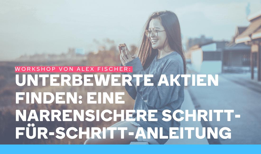 Frau schaut auf ihr Handy und lächelt