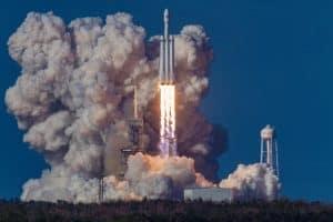 Eine steigende Raumfahrtrakete