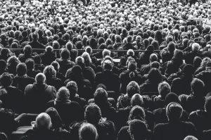 Eine Menschenmenge in schwarz weiß