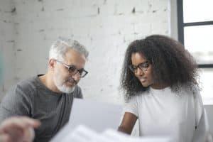 Frau in Gehaltsverhandlung berät sich mit dem Chef