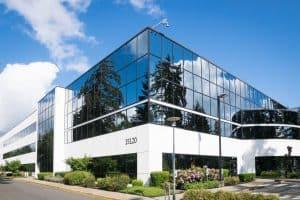 Ein Gebäude mit Glasfenstern