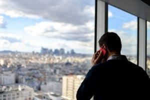 Mann ruft seinen Vermieter an, um Immobilien zu finden