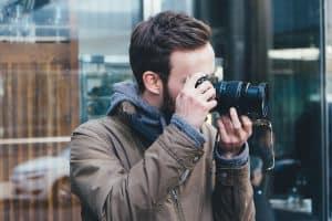 Mann fotografiert in der Stadt, um mit Fotos Geld zu verdienen