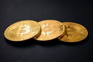 Drei Bitcoins, die aufeinander liegen