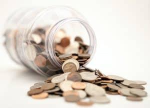 Umfallendes Glas mit Geld