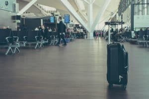 Ein alleinstehender Koffer am Flughafen