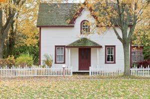 Alleinstehendes Haus, Wiese, zwei Bäume