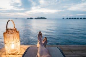 Ein Mann sitzt am Strand
