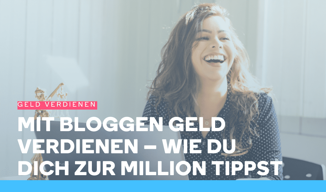 Frau lacht an ihrem Laptop, weil sie mit Bloggen Geld verdient