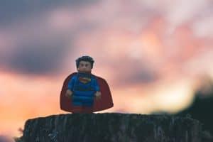 Ein Lego-Superman steht auf einer Klippe