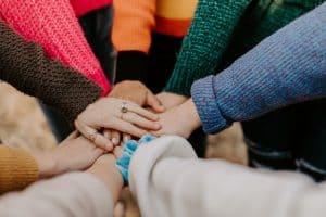 Menschen halten ihre Hände aufeinander