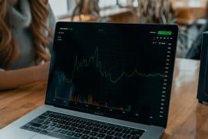 Rechner mit Metatrader zum Handeln von Aktien