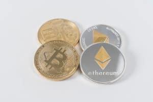 Zwei Münzen Ethereum und zwei Münzen Bitcoin