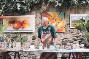 Ein Künstler beim Malen seines Bildes