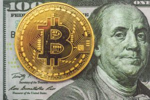 Bitcoin-Münze auf einer Dollarnote