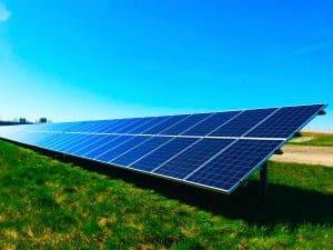 Solanlagen auf einer Wiese, Sonnenschein, Klimaschutz