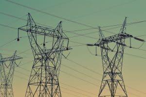Strommasten vor einem blauen Himmel