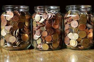 Gläser mit Kleingeld zum Geldsparen im Alltag